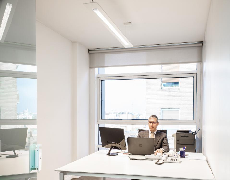 Occhi, collo, spalle, schiena sono messe alla prova dalla posizione assunta alla scrivania.