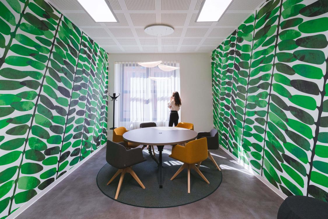 pareti verdi persona che parla